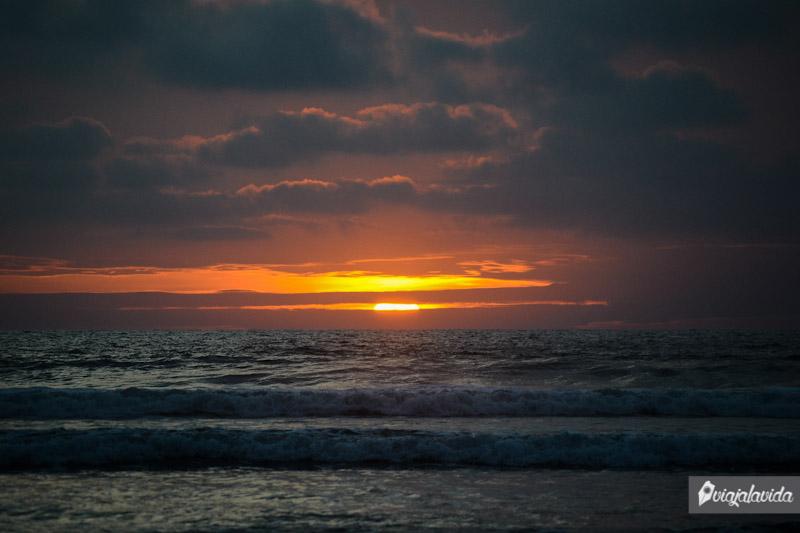 Caída de sol en la playa de Olón