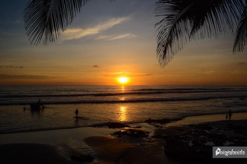 Sol ocultándose en el mar