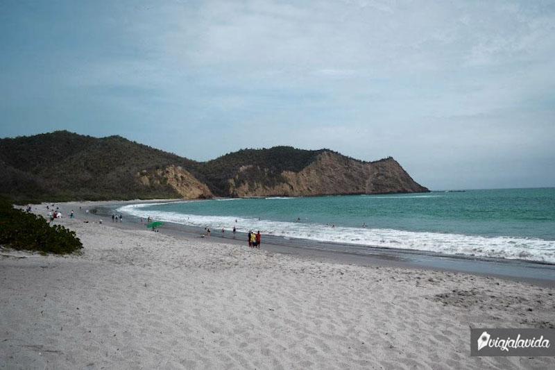 Playa de arena blanca en la costa ecuatoriana