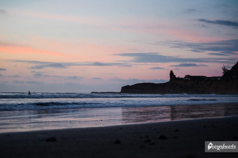 Playa para surfear en Ecuador