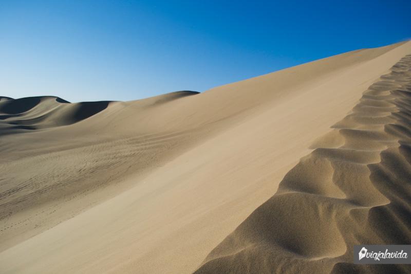 Hacia la cima de una duna en el desierto de Huacachina.