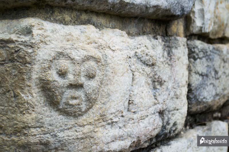 Rostro tallado en la pared frontal del Templo Mayor de Kuélap.