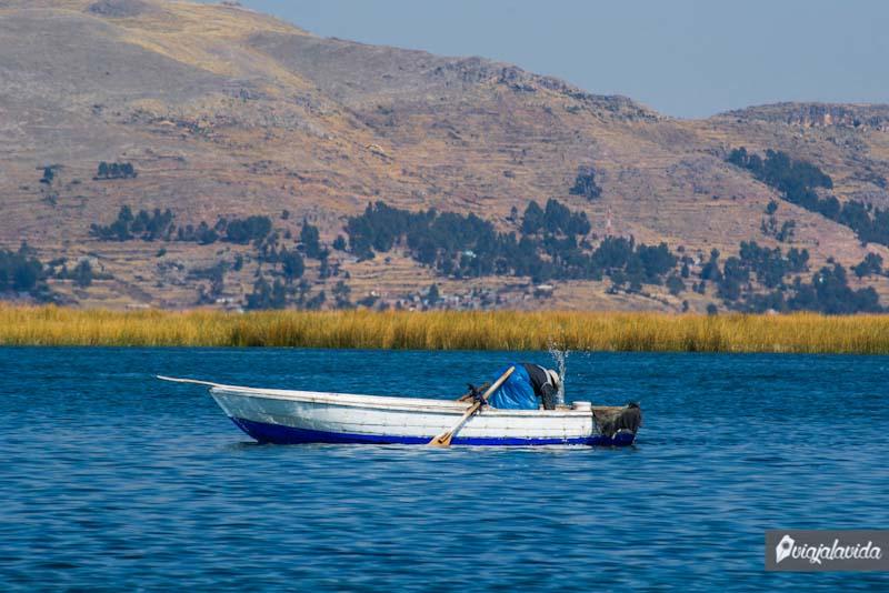 Un bote sobre el lago Titicaca.