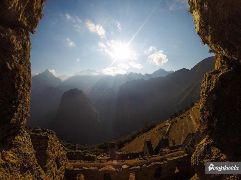 Viendo por una de las ventanas en la ciudadela del Machu Picchu.