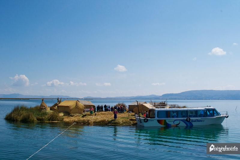 Anclando las islas flotantes del Titicaca.