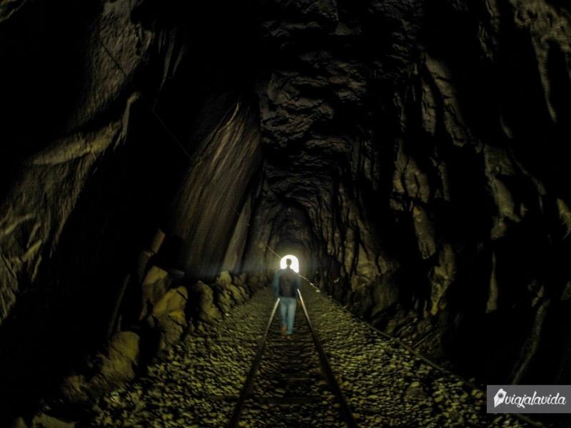 Atravesando túneles en las vías del tren.
