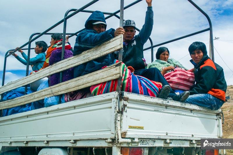 Bolivianos en camioneta.
