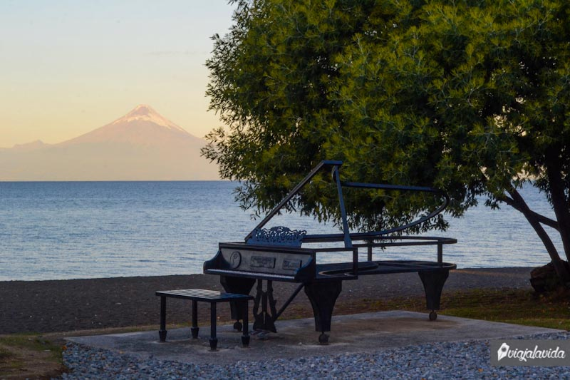 Piano frente al Lago Llanquihue.
