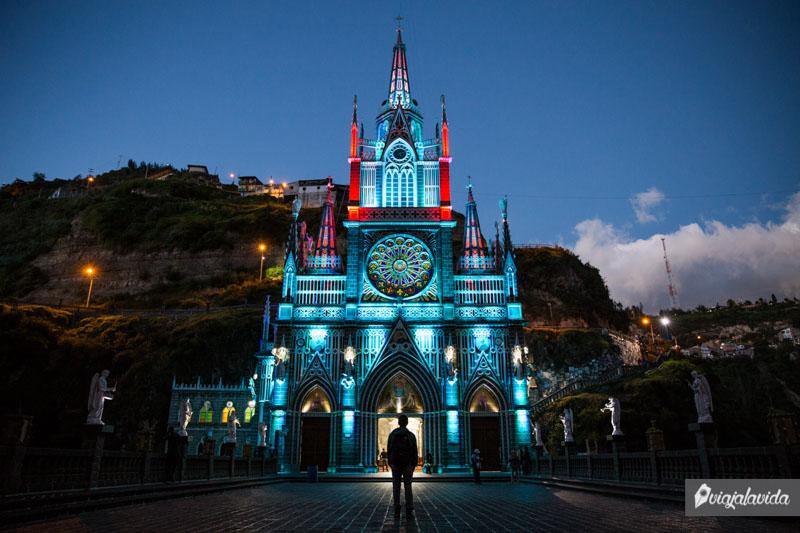 Iglesia Las Lajas con luces.