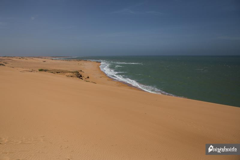 Playa junto a una duna en la Alta Guajira.
