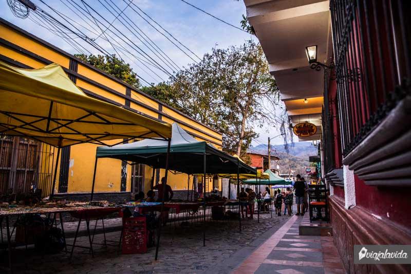 Callejón de artesanías en Honduras.