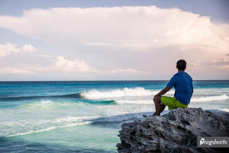 Sobre la roca frente al mar, Cancún, Riviera Maya.
