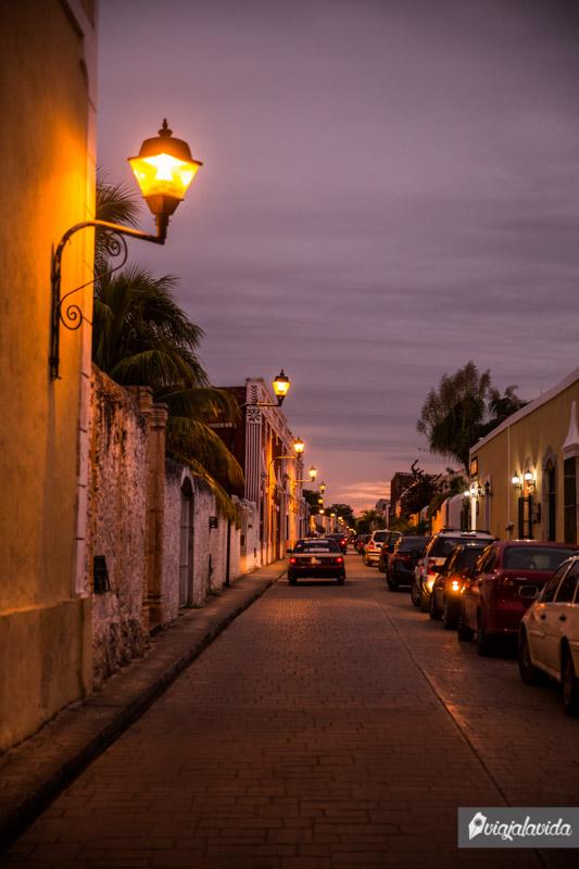 Calzada de Los Frailes durante la noche.