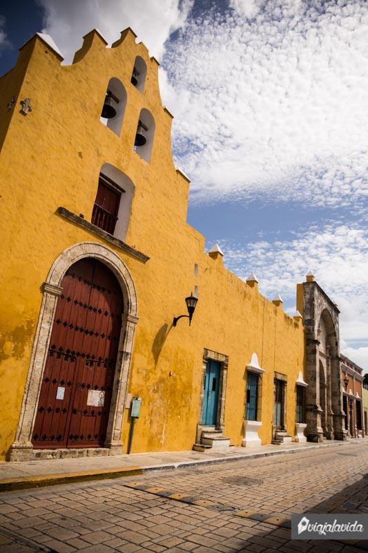 Iglesia amarilla en el centro histórico de Campeche.