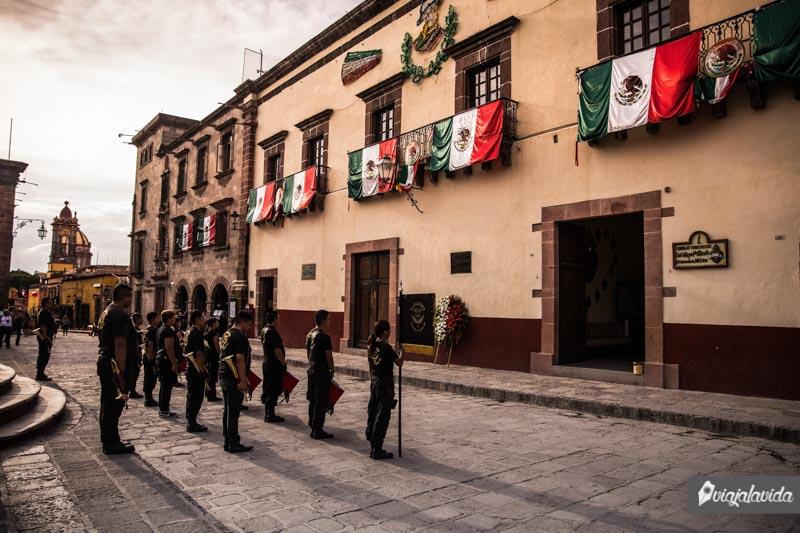 Jóvenes tocando trompetas en el centro histórico