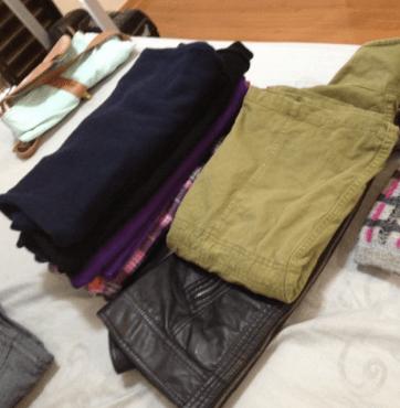 Separe as roupas e depois reflita se você precisa mesmo de tantas assim!