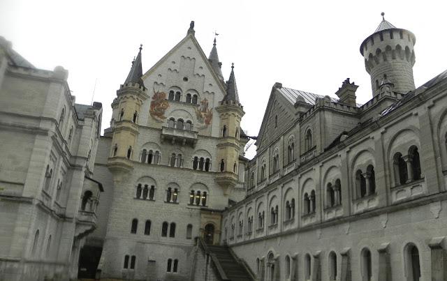 Este é o pátio do castelo de Neuchswanstein, na Alemanha. (Foto: Iara Vilela)
