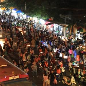 Mais de 8 mil barracas, muita gente e um lugar único: este é o Chatuchak Market