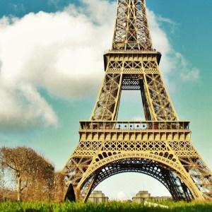 Torre Eiffel e um ensolarado dia de inverno em Paris