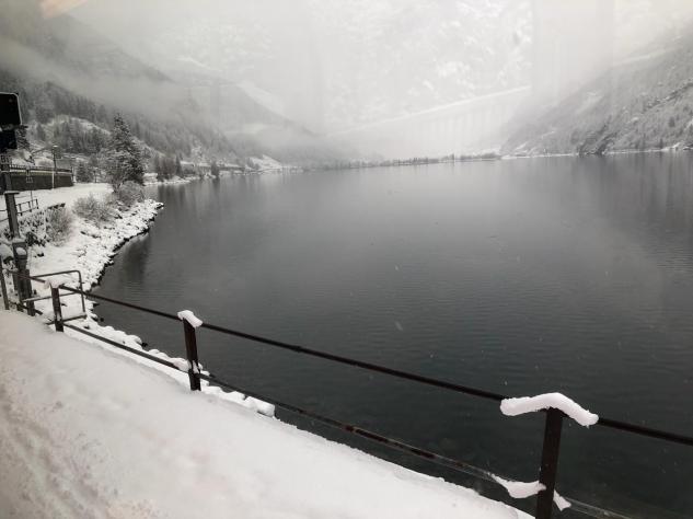 Bernina Express passando pelo lago St. Moritz