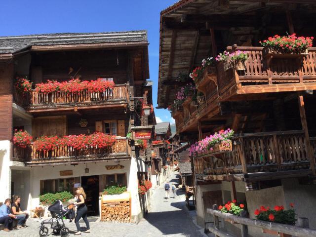 Passeios pela Suíça_Val d`Anniviers_red_Viajando bem e barato pela Europa