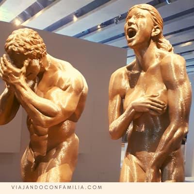 Estatuas en una exposición dentro del MuCEM, durante nuestra visita al Fuerte Saint Jean