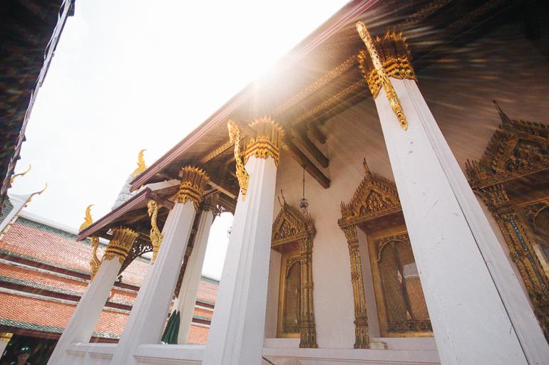 Templo em Bangkok iluminado pelos raios solares
