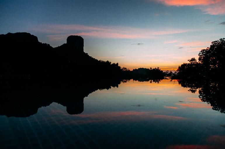 Railay Princess Resort & Spa - amanhecer em uma das piscinas
