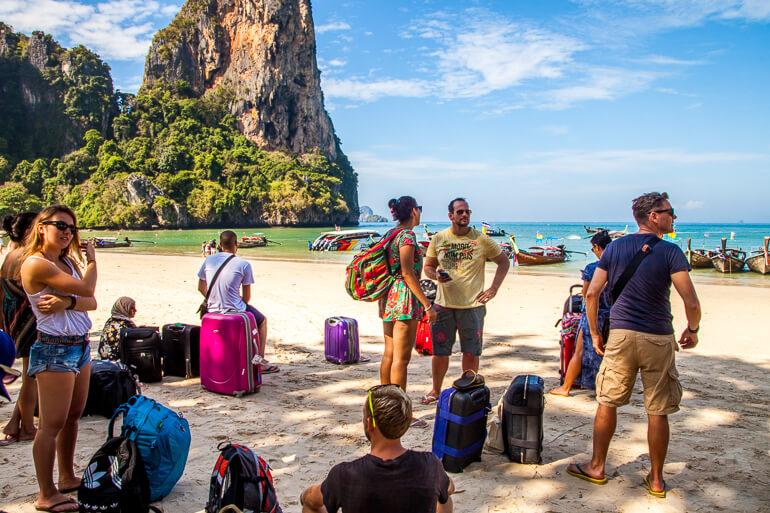 Pessoal aguardando o ferry para Koh Phi Phi