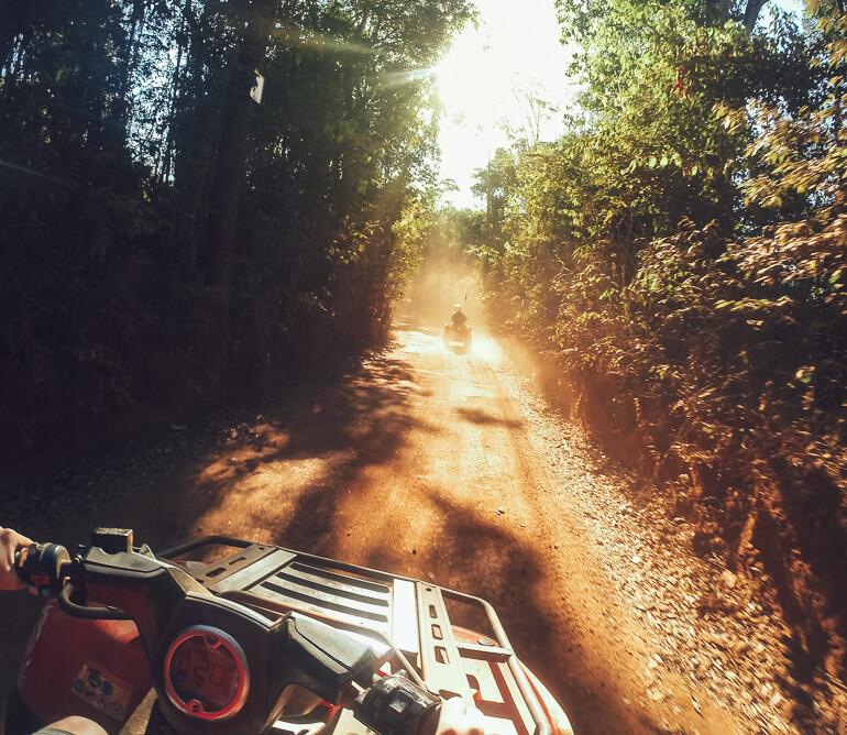Muita poeira na estrada de terra com o quadriciclo
