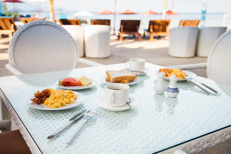 Café da manhã servido no hotel Sunset Beach Club em Koh Phangan   Viajando na Janela