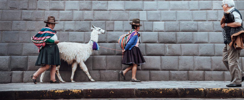 Cholas andando com uma lhama no centro de Cusco   Roteiro em Cusco, Peru
