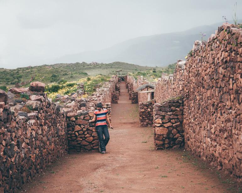 Entre as construções são vistos longos corredores e paredes que chegam a 12 metros de altura