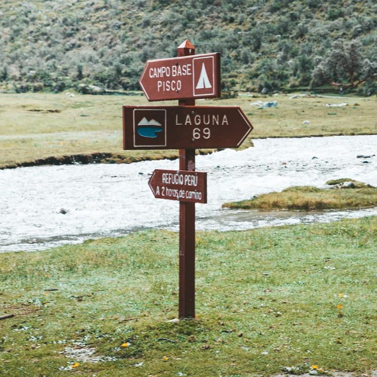 Laguna 69, Peru: placa sinalizando a direção da Laguna