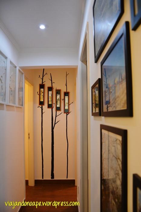 decoraçao_corredor_fita isolante_arvores_fotos_quadros