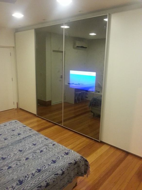tv fixada na porta vidro especial
