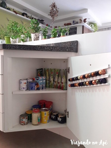 organizacao-armarios-cozinha-armario-de-canto-bancada-cozinha-porta-capsulas-cafe-1