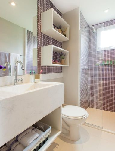 banheiro-pequeno-pastilhas tons rosas lilas roxo nichos