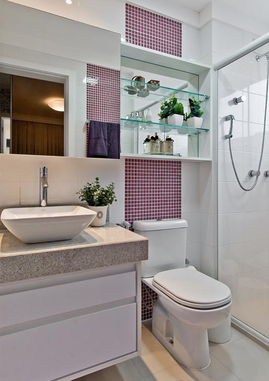 banheiro-pequeno-pastilhas tons rosas lilas roxo