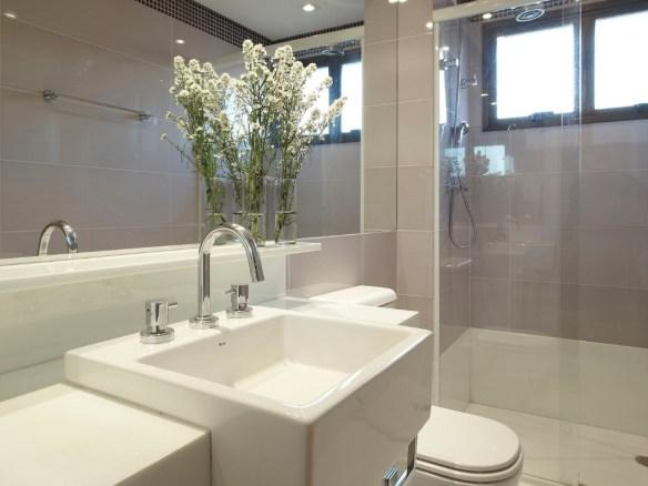 banheiro simples bancada branca prateleira marmore