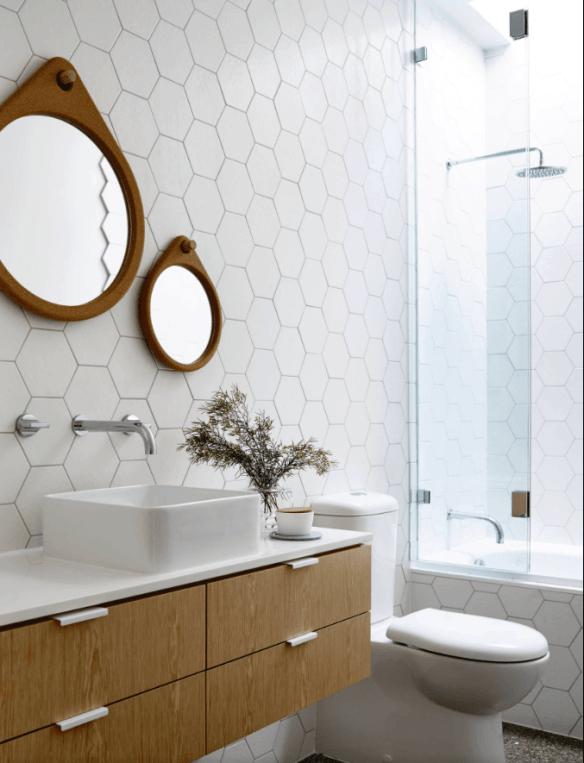 revestimento geometrico branco banheiros decorados