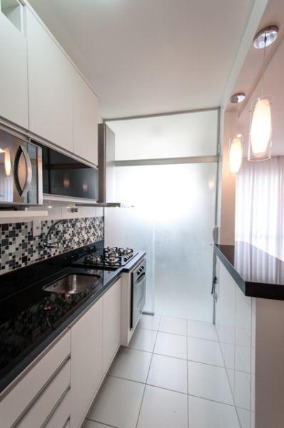 dividir cozinha lavanderia area de servico separacao divisoria vidro jateado porta de correr cozinha bancada preta pendentes bancada