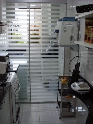 separacao cozinha area de servico lavanderia porta correr vidro jateado divisoria listras