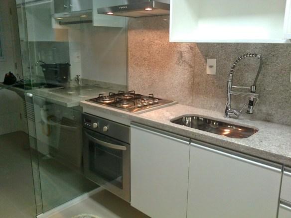 separar a cozinha area de servico lavanderia divisoria porta correr vidro incolor cozinha corredor