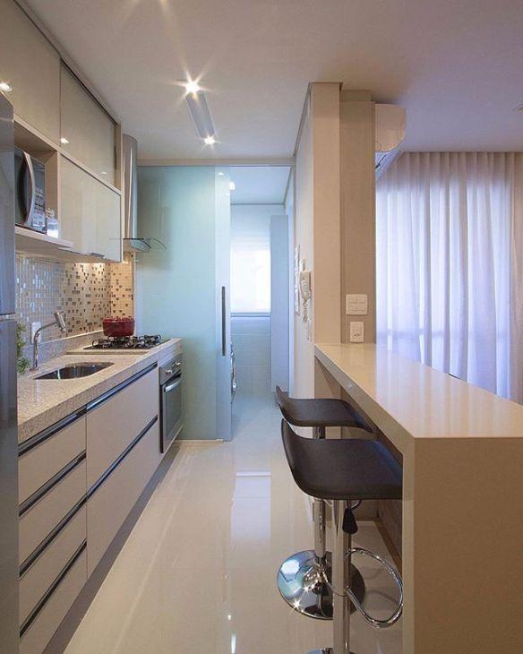 separar a cozinha da área de serviço divisoria lavanderia porta correr vidro jateado cozinha americana clean banquetas bancada pastilha espelhada