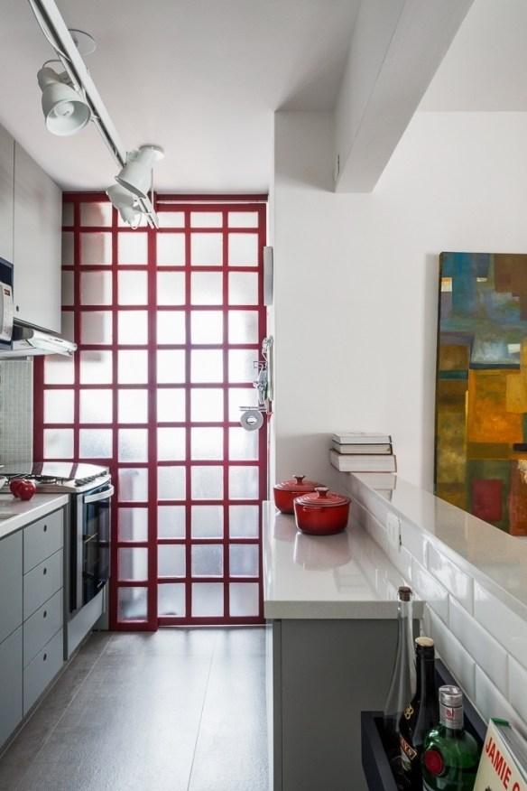 separar cozinha area de servico lavanderia dividir ambientes porta de correr aluminio vidro decoracao porta vermelha 2