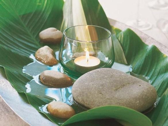 arranjo pedras velas e folha