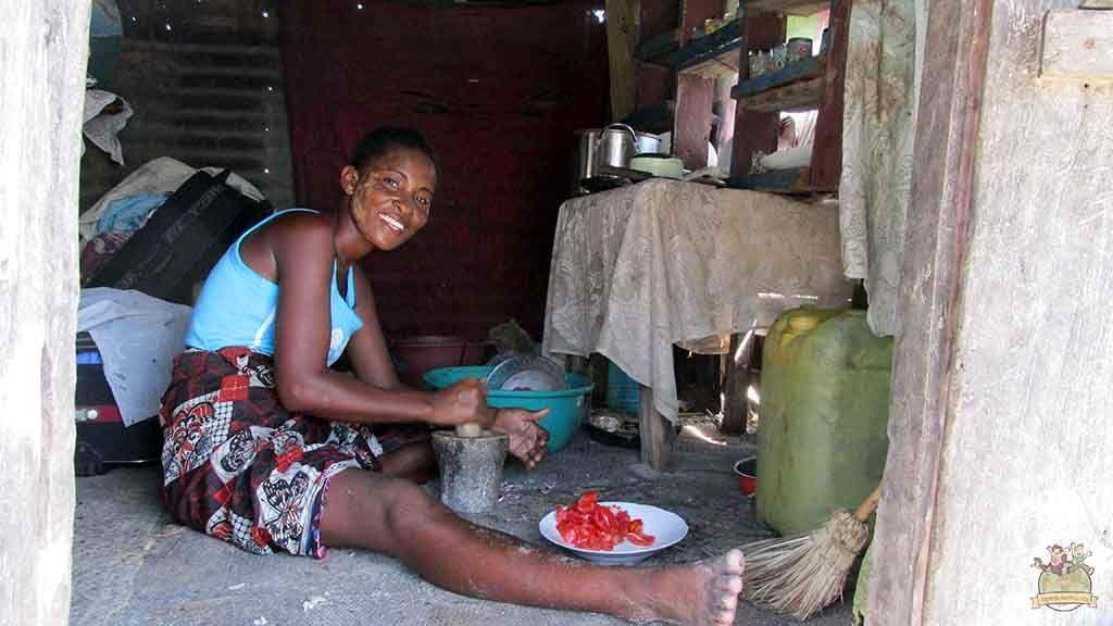 Mujer de Stephan preparando la comida