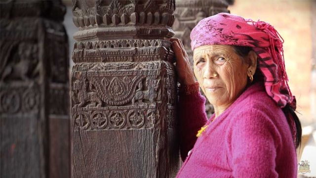 Mujer en la Pagoda de Nyatapola