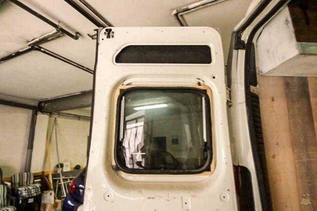 revestir las puertas en una furgoneta